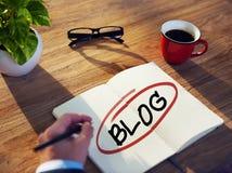 Mann mit einem Notizblock und Blog-Konzepten Lizenzfreie Stockfotos
