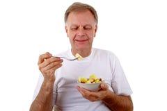 Mann mit einem Obstsalat lizenzfreie stockfotos