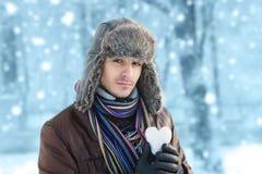 Mann mit einem Schneeball Stockbilder