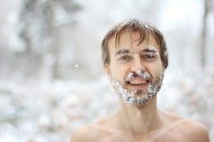 Mann mit einem schneebedeckten Bart, Weichzeichnungsfotoeffekt Stockfotos