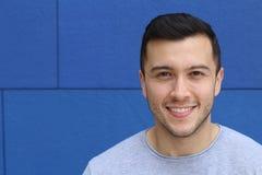 Mann mit einem sehr netten toothy Lächeln lizenzfreie stockbilder