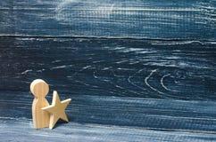 Mann mit einem Stern auf einem schwarzen Hintergrund Stockbilder