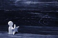Mann mit einem Stern auf einem schwarzen Hintergrund Lizenzfreie Stockfotos