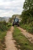 Mann mit einem Traktor Stockbild