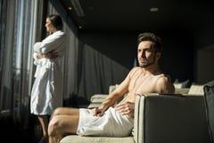 Mann mit einem Tuch in einem Raum Lizenzfreie Stockfotografie