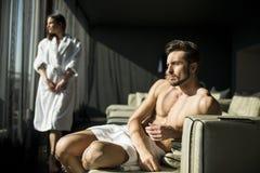 Mann mit einem Tuch in einem Raum Lizenzfreies Stockfoto