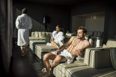 Mann mit einem Tuch in einem Raum Lizenzfreie Stockbilder