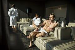 Mann mit einem Tuch in einem Raum Lizenzfreies Stockbild