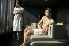 Mann mit einem Tuch in einem Raum Lizenzfreie Stockfotos