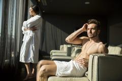 Mann mit einem Tuch in einem Raum Stockfotos