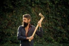 Mann mit einer Axt eine elegante Blockwinde Mann mit scharfer Axt Lizenzfreies Stockfoto