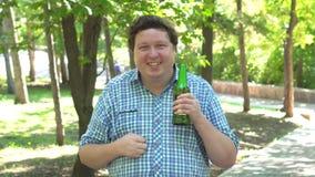 Mann mit einer Bierflasche, die Erstaunen ausdrückt, als ob er etwas wie ein Preis gewann oder eine Lotterie stock video footage