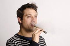 Mann mit einer elektronischen Zigarette Stockbild