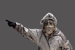 Mann mit einer Gasmaske tragenden hazmat Klage Lizenzfreie Stockfotografie