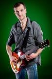 Mann mit einer Gitarre Stockbild