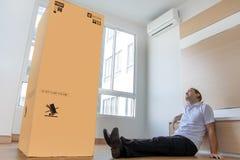 Mann mit einer großen Pappschachtel lizenzfreies stockbild