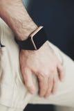 Mann mit einer intelligenten Armbanduhr an Hand lizenzfreies stockbild