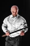 Mann mit einer japanischen Klinge Stockfotografie