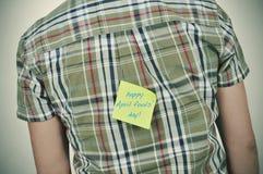 Mann mit einer klebrigen Anmerkung mit dem glücklichen Aprilscherztag des Textes Stockbild