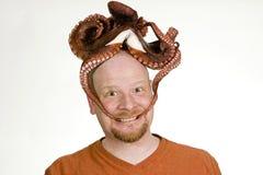 Mann mit einer Krake auf seinem Kopf Lizenzfreies Stockfoto