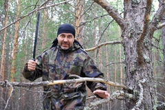 Mann mit einer Machete im Wald Stockbilder