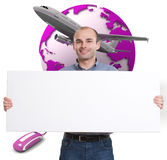 Mann mit einer Meldung auf einem reisenden Hintergrund Lizenzfreies Stockbild