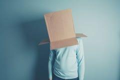 Mann mit einer Pappschachtel über seinem Kopf Lizenzfreie Stockfotografie