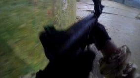 Mann mit einer Schrotflinte POV stock video footage