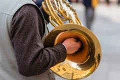 Mann mit einer Trompete lizenzfreie stockfotografie