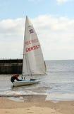 Mann mit einer Yacht oder einem Segelboot. Lizenzfreie Stockbilder