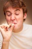 Mann mit einer Zigarette Stockbild