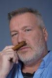 Mann mit einer Zigarre Stockfotografie