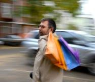 Mann mit Einkaufstaschen Stockfotos