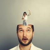 Mann mit emotionaler Geschäftsfrau lizenzfreie stockfotos