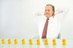 Mann mit Enten in der Reihe Lizenzfreie Stockfotos