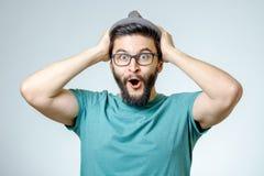 Mann mit entsetztem, überraschtem Ausdruck stockfotografie