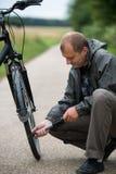 Mann mit Fahrrad lizenzfreies stockfoto