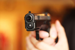 Mann mit Faustfeuerwaffepistolengummiangriffs-Gewalttätigkeit photomanipulation Stockbilder