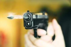 Mann mit Faustfeuerwaffepistolengummiangriffs-Gewalttätigkeit photomanipulation Stockfotografie