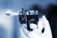 Mann mit Faustfeuerwaffepistolengummiangriffs-Gewalttätigkeit photomanipulation Lizenzfreies Stockbild