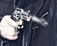 Mann mit Faustfeuerwaffepistolengummiangriffs-Gewalttätigkeit photomanipulation Stockfotos