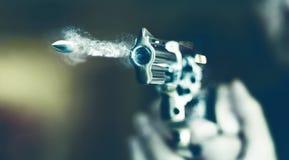 Mann mit Faustfeuerwaffepistolengummiangriffs-Gewalttätigkeit photomanipulation Lizenzfreies Stockfoto