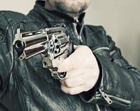 Mann mit Faustfeuerwaffepistolengummiangriffs-Gewalttätigkeit photomanipulation Lizenzfreie Stockbilder
