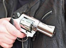 Mann mit Faustfeuerwaffepistolengummiangriffsgewalttätigkeit Lizenzfreies Stockbild