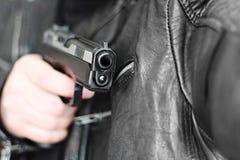Mann mit Faustfeuerwaffepistolengummiangriffsgewalttätigkeit Lizenzfreie Stockfotos