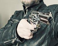 Mann mit Faustfeuerwaffepistolengummiangriffsgewalttätigkeit Lizenzfreie Stockfotografie