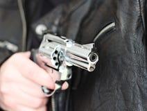 Mann mit Faustfeuerwaffepistolengummiangriffsgewalttätigkeit Stockfotos