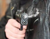 Mann mit Faustfeuerwaffepistolengummiangriffsgewalttätigkeit Stockbild