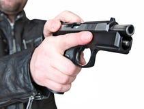 Mann mit Faustfeuerwaffepistolengummiangriffsgewalttätigkeit Lizenzfreie Stockbilder