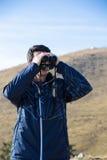 Mann mit Ferngläsern Stockfotos